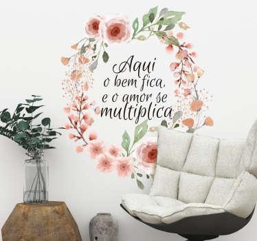 """Autocolante decorativo de flores e plantas com a frase """"Aqui o bem fica e o amor se multiplica"""" é muito elegante e bonito."""