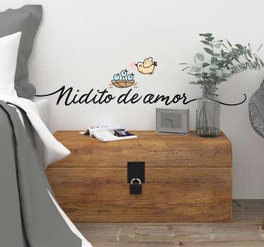 """Vinilo para dormitorio formado por la ilustración de un nido con unos polluelos y su madre, acompañado del texto """"Nidito de amor"""". Precios imbatibles."""