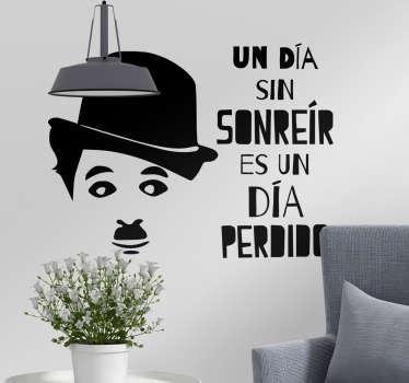 """Pegatina formada por la frase célebre """"Un día sin sonreír es un día perdido"""" y la cara del humorista Charles Chaplin. Descuentos para nuevos usuarios."""
