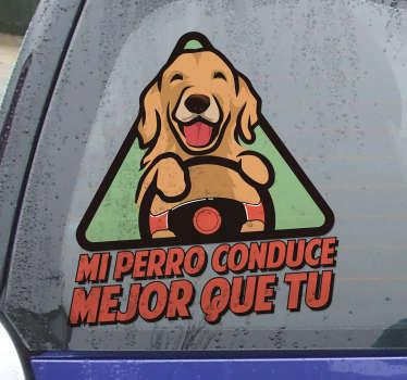 """Pegatina para coche triangular con un perro feliz y la frase """"mi perro conduce mejor que tú"""" para decorar tu coche y mostrar conciencia ¡Envío a domicilio!"""