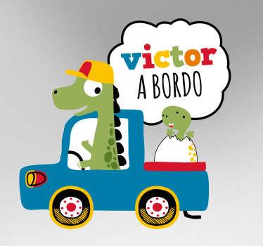 Original pegatina de bebé a bordo de un dinosaurio recién salido del huevo en un coche junto a su padre. Atención al Cliente Personalizada.