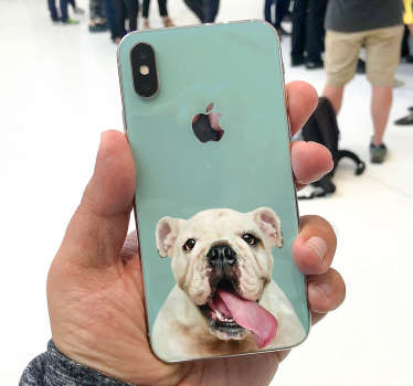 Interessante aanpasbare iPhone stickers zoals klein hondje iPhone sticker of een grappige bulldog iPhone sticker om uw telefoon te versieren!