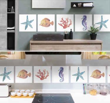 装饰性动物瓷砖贴花,上面印有海洋生物的图案,例如星鱼,珊瑚,蜗牛等。以理想的套装购买。