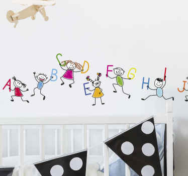 Una cenefa adhesiva para pared con diseño creativo del abecedario completos y niños de dibujos animados con un estilo colorido