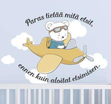 Tämä lasten seinälappu edustaa ihastuttavaa karhua, joka matkustaa onnellisesti lentokoneessa.