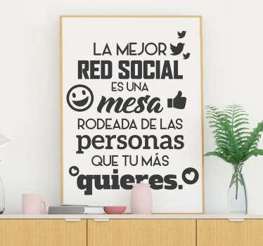 """Pegatina formada por la frase """"La mejor red social es una mesa rodeada de las personas que tu más quieres"""". Vinilos Personalizados a medida."""