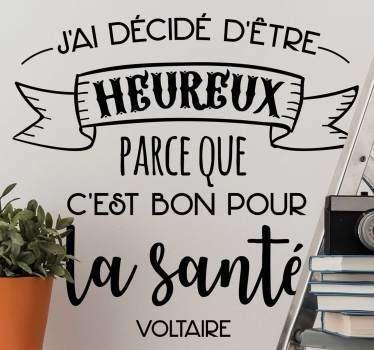 La citation de Voltaire représentée sur ce sticker texte vous encouragera quotidiennement à embrasser le bonheur ! Envoi Express 24/48h.