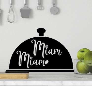 """Ce sticker mural cuisine représente un plateau de chef cuisinier, agrémenté de l'onomatopée """"miam miam"""" : un design qui vous régalera !"""