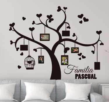 Mural para la pared de tu salón formado por el diseño de un árbol de la vida personalizado, en el que puedes colgar fotos de tus familiares.