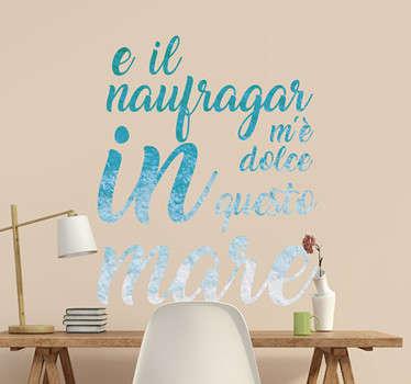 """Decora il muro con questa scritta adesiva, con i versi """"e il naufragar m'è dolce in questo mare"""", provenienti dalla poesia """"L'infinito"""" di Leopardi"""
