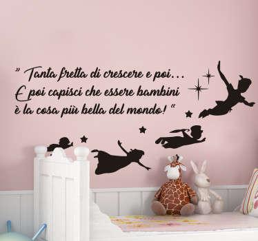 Decora la stanza di tuo figlio con questo sticker cameretta, che presenta un testo da Peter Pan, su come è bello essere bambini!