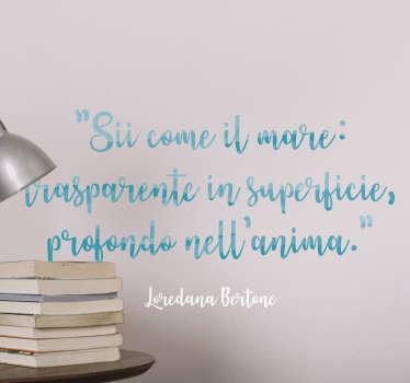 """Applica questa romantica frase adesiva sul muro di casa tua, con la scritta """"Sii come il mare: trasparente in superficie, profondo nell'anima"""""""