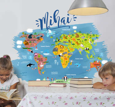 Autocolant de perete pentru dormitor pentru copii, harta lumii, completat cu numele principalelor animale din fiecare continent și ocean în limba română cu nume personalizat.