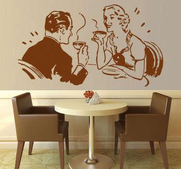 Adhesivo decorativo de un matrimonio charlando animadamente tomando una taza de café. Dale un toque chic a tu cocina con este vinilo.