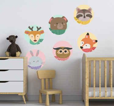 子供たちの寝室のスペースのための森の動物の壁アートデカール装飾。デザインは漫画のスタイルでさまざまな動物で構成されています。