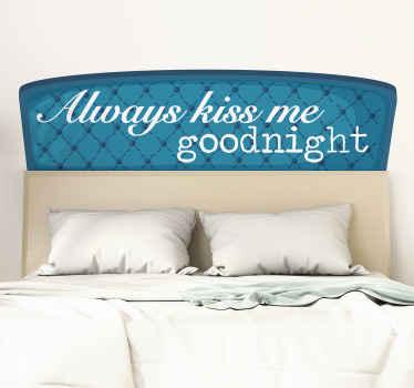 """装饰有爱的文字的床头板墙贴,上面写着""""总是吻我晚安""""。它易于使用,并由优质乙烯基制成。"""