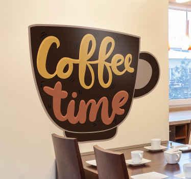 コーヒーバースペースに貼ることができる装飾的なドリンクウォールステッカーデザインは、「コーヒータイム」というテキストが刻まれた茶色のコーヒーカップのデザインです。