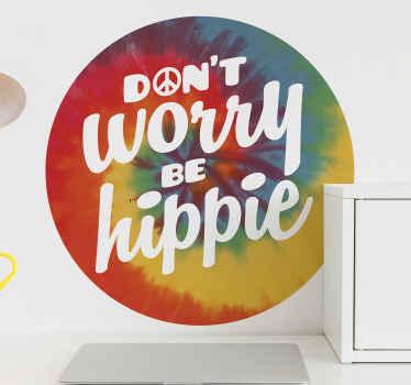"""Nálepka s dekoratívnym motivačným textom na stenu navrhnutá na viacfarebnom textúrovanom okrúhlom pozadí s nápisom """"nebojte sa hippie"""""""