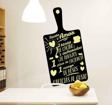 Vinilo para cocina de normas de la casa con receta de amor escritas sobre una tabla de cortar con fondo negro ¡Descuentos disponibles!