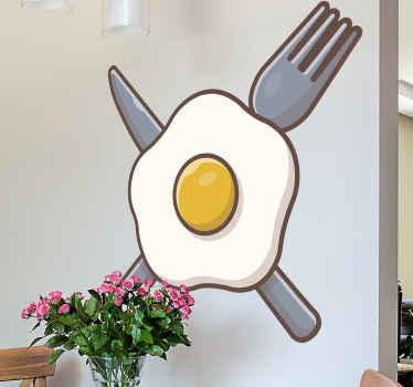 Mutfak alanı için çatal bıçak tasarımı ile dekoratif kızarmış yumurta. Bu yemek duvar sanatı çıkartması, bir mutfak alanını dekore etmek için güzel bir fikirdir.