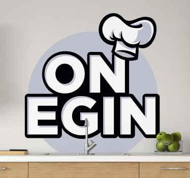 Jednostavan ukrasni naljepnica za kuhinju dizajniran s tekstom i crtežom šešira za kuhanje. Dizajn je elegantan i sadrži šešir kuhara na pismu.