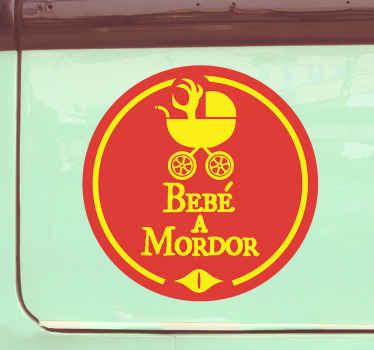 Preciosa pegatina coche bebé a bordo con icono de cochecito infantil diseñada sobre un fondo rojo y naranja ¡Envío a domicilio!
