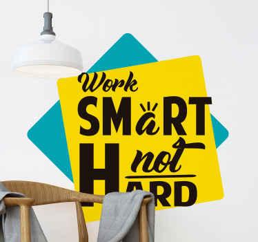 二重の正方形の背景に設計された装飾的な動機テキストビニールデカール。 「ハードではなく賢く働く」というテキストが刻まれています。
