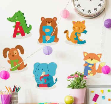 自己接着アルファベット子供壁ステッカーデザインアルファベットで異なる漫画の赤ちゃん動物で作成されました。適用が簡単で、どのサイズでも利用できます。