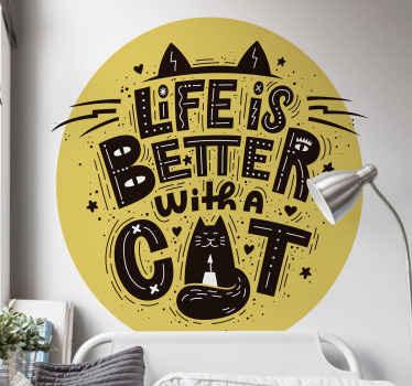 「猫と一緒に暮らす方がいい」というテキストでデザインされたペットテーマの家の壁用ステッカーを購入してください。耐久性のある高品質の製品。
