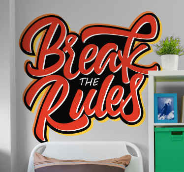 テキストで設計された装飾的な動機付けのテキスト壁ステッカー ''ルールを破る '。キャリアや仕事などで、より多くのことをやりたいというインスピレーションを保つデザイン