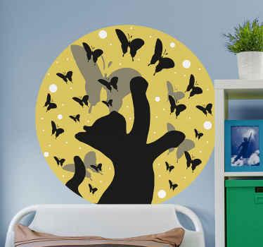 蝶を追いかける黒い猫の特徴を持つ丸い黄色の背景に作成された装飾的な動物の壁のアートデザイン。