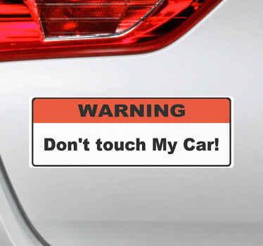 Dekorativní nálepka textu text štítku vozíku na červené a bílé čtvercové pozadí. Text říká '' nedotýkejte se mého auta ''.
