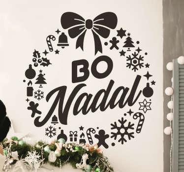 """Pegatina formada por el diseño de una corona creada por diferentes elementos navideños y con el texto en el centro """"Bo Nadal"""". Precios imbatibles ."""