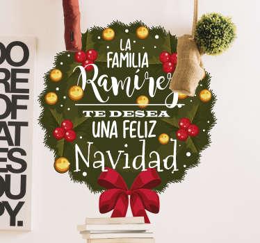 """Pegatina formada por el diseño de una corona adornada con el texto: """"La familia X te desea una Feliz Navidad"""". Atención al Cliente Personalizada."""