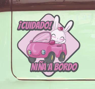 Diseño de vinilo decorativo de bebé a bordo con un personaje de niña de dibujos animados que viaja en un automóvil con un nombre para personalizar.