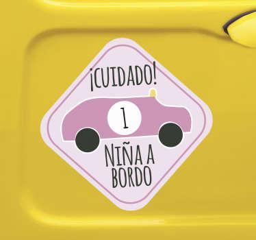 """Compre nuestro vinilo de bebé a bordo para coche en el que vemos un automóvil con el número 1 y el texto """"niña de la ciudad a bordo"""". Fácil de colocar"""