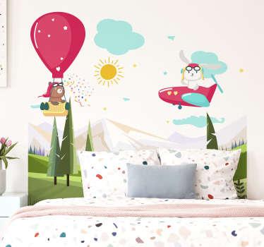Einfach anzubringender illustrativer kopfteil-wandtattoo mit berg und kindern, die mit luftballon und flugzeug mit sonne und wolke herumfliegen.
