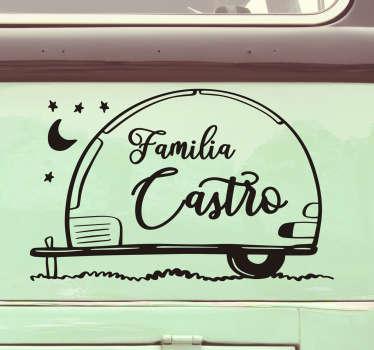 """Maravilloso vinilo para vehículo personalizable en el que aparece una caravana y la frase """"familia"""" acompañada por el nombre de vuestra familia"""