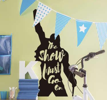 Eenvoudig aan te brengen silhouet zelfklevende muursticker ontwerp van een popartiest in de persoon van Freddie Mercury met de tekst '' de show moet doorgaan.