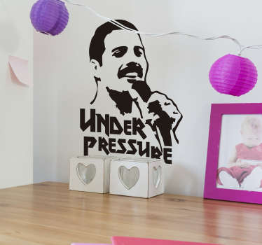 Lo  sticker musicale dei Queen con Under Pressure è un'idea fantastica per creare un'incredibile atmosfera rock dentro le tue pareti domestiche!