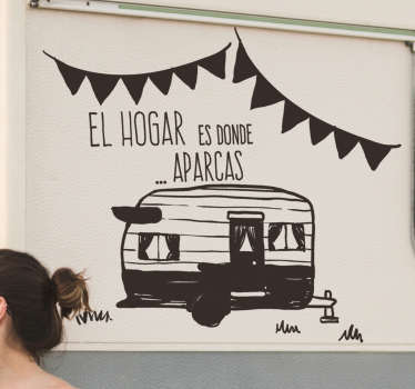 """Fantástico vinilo para vehículo con caravana de cámping y frase """"tu hogar es donde aparcas"""" con el que decorarás tu caravana de forma única."""