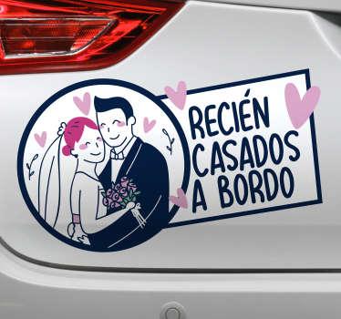"""Preciosa pegatina de boda para coche con la frase """"recién casados a bordo"""" con los novios dándose un abrazo y corazones alrededor. Fácil de aplicar"""