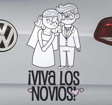 """Original vinilo de boda para coche o vehículo con frase """"VIVA LOS NOVIOS"""" y dos novios vestidos de boda y felices. Fácil de aplicar."""