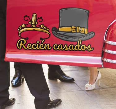 """Fantástica pegatina para coche de boda con frase """"RECIÉN CASADOS"""" y sombrero y tiara para decorar vuestro vehículo de forma especial."""