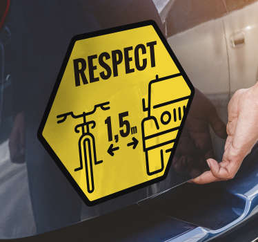 Et bilvindue-mærkat med sportscykeldetaljer og distancepost for at vise respekt for cyklisten. Design oprettes på en hexagonal gul baggrund.