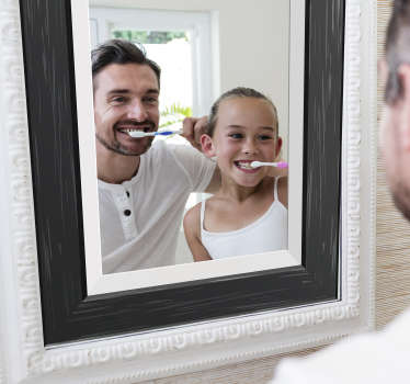 Versier je badkamer en spiegel met ons spiegelend embleem met zwarte lijst en geniet van de look die het zal brengen. Gemakkelijk zelfklevend ontwerp aan te brengen.
