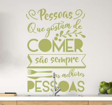 Se és daquelas pessoas que adoram comer, então este autocolante com texto personalizado para cozinha é a decoração ideal para a ti!