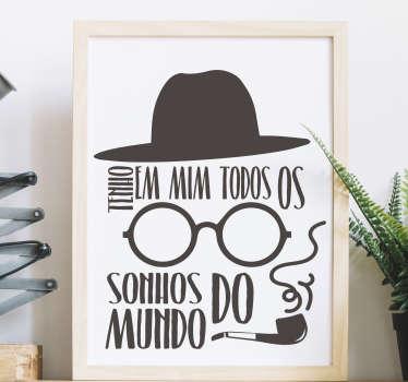 """Decora o teu quarto ou sala com este inspirador autocolante decorativo da citação """"Tenho em mim todos os sonhos do mundo"""" do poeta Fernando Pessoa."""