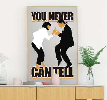 "Original vinilo decorativo de texto ""YOU NEVER CAN TELL"" de la película ""Pulp Fiction"" con la silueta de los personajes con un diseño exclusivo."