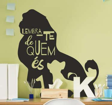 """Decora o quarto dos teus filhos com este lindo autocolante de cinema para quarto infantilda frase """"Lembra-te de quem és"""" do filmes da """"O Rei Leão""""!"""